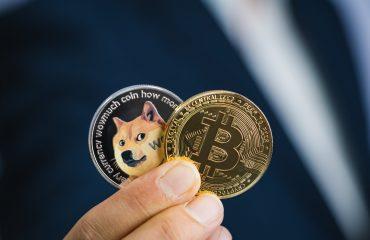 Nên đầu tư dogecoin hay bitcoin